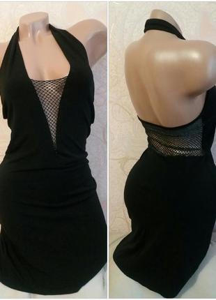 Маленькое черное облегающее платье с декольте и сеткой