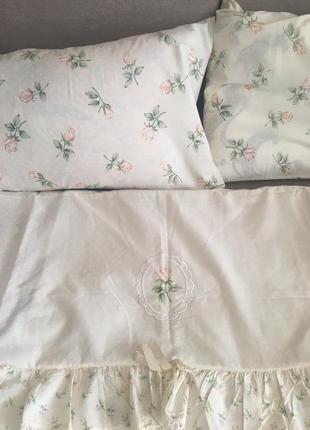 Постель двухспальная в белый горошек и розы, с рюшами