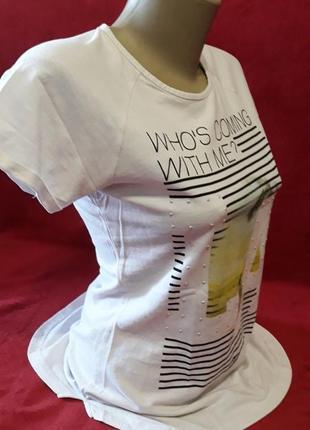 Белая футболка, красивый дизайн, маленький размер!