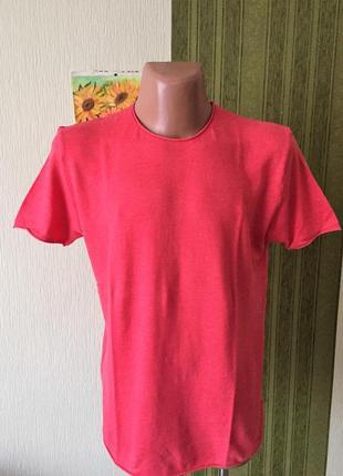 Фирменная футболка кораллового цвета