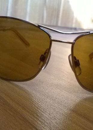 Солнцезащитные очки в золотистой оправе