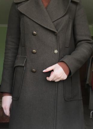 Двубортное пальто в стиле милитари