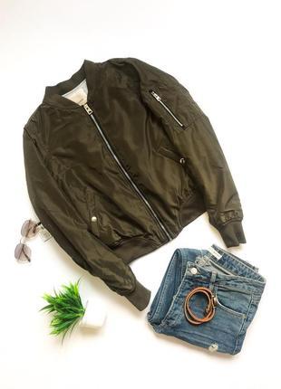 Стильная весенняя короткая куртка бомбер pull&bear. хаки. размер s