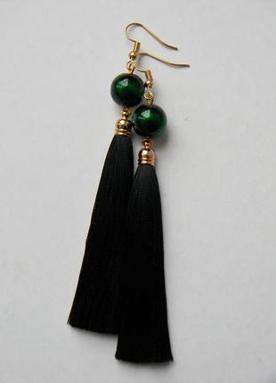 Чёрные серёжки кисточки с чёрно-зелёными бусинами
