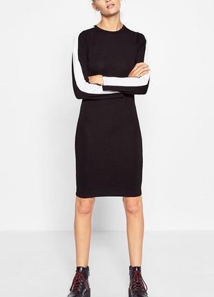 Чёрное трикотажное платье с белыми лампасами на рукавах