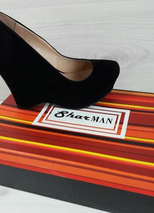 Элегантные замшевые туфли на танкетке
