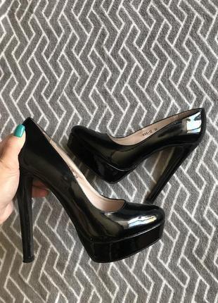 Чёрные лаковые туфли на высоком каблуке и платформе