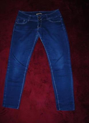 Тонкие синие джинсы скинни на лето