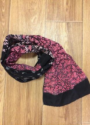 Стильный шелковый шарф с цветочным принтом