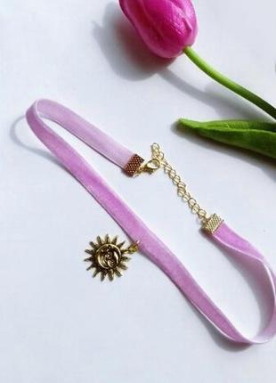 """Розовый бархатный чокер с подвеской из античного золота """"солнце и луна"""""""