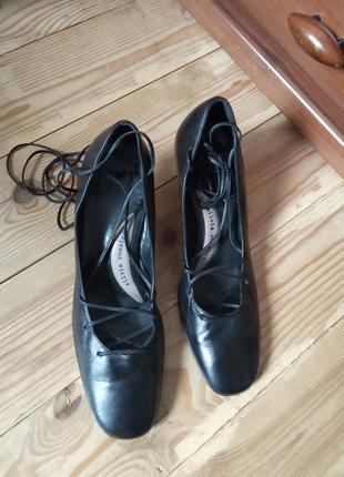 37/24.5 красивые трендовые чёрные кожаные туфли с завязками silvia rossini ,бренд люкс.