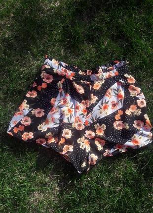 Легкие шорты мом в цветгчный принт