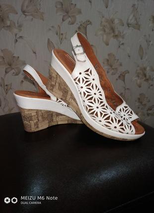 Прекрасные кожаные босоножки pavers 41 размера на широкую ножку