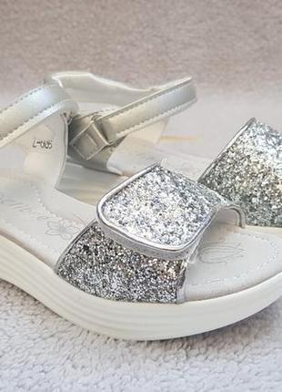 Стильные босоножки серебро