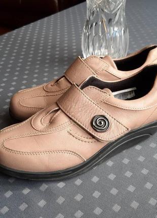 Кожаный классные фирменные бежевые туфли кроссовки фирмы aco в новом состоянии