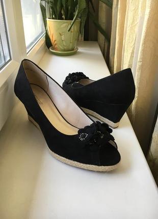 Чёрные замшевые туфельки с открытыми пальчиками на платформе grandtrend