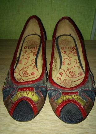 Разноцветные джинсовые туфли на каблуке