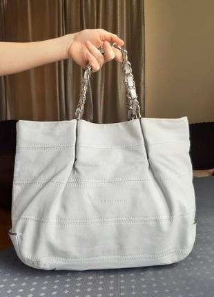 Кожаная вместительная сумка молочного цвета фирмы coccinelle