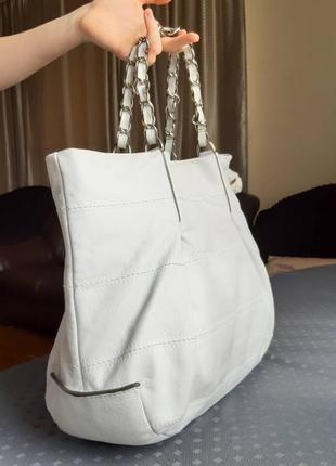 Кожаная вместительная сумка молочного цвета фирмы coccinelle3 фото