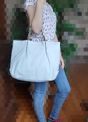 Кожаная вместительная сумка молочного цвета фирмы coccinelle5 фото