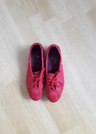 Кожанные кроссовки  красного цвета от adidas