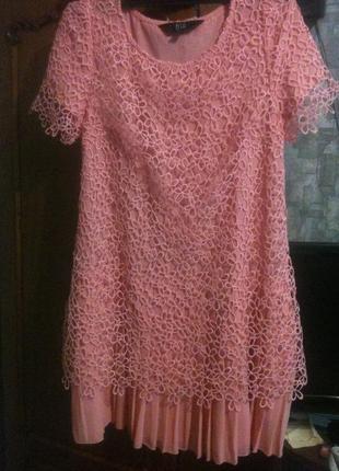 Нежно розовое платье с ажурным кружевом