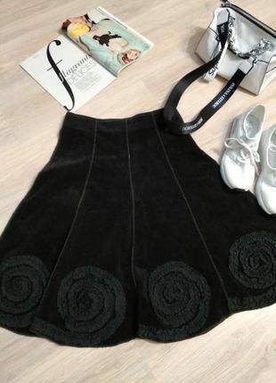 Крутая стильная юбка трапеция с цветами чёрная вельветовая