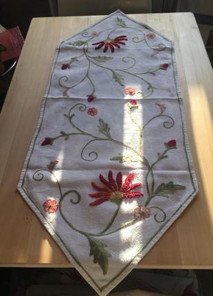 Красивая вышитая длинная салфетка-скатерть на стол