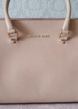 Женская сумка цвет пудра.