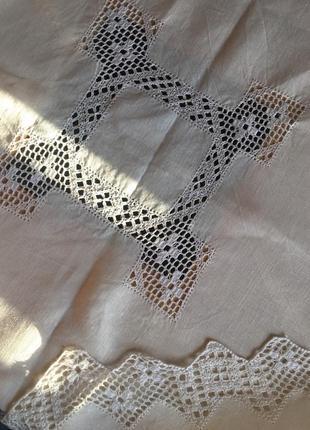 Красивая белая льняная скатерть с кружевом