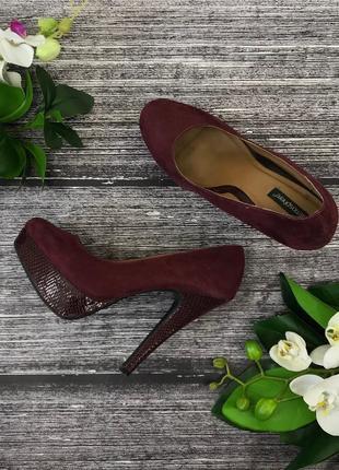 Шикарные замшевые туфли цвета марсала с вставками под питона на высоком каблуке atmosphere