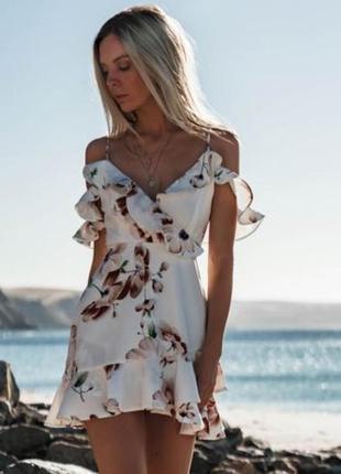 Новое утонченное летнее платье с оборкой в  цветочный принт + черное