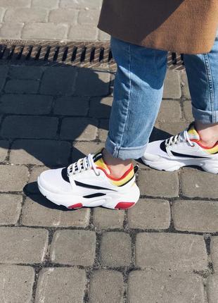 Женские стильные кроссовки белого цвета на платформе