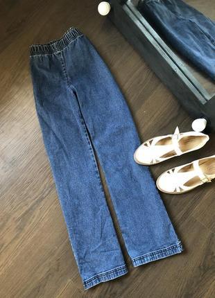 Шикарный джинсы с высокой посадкой и небольшим клешем