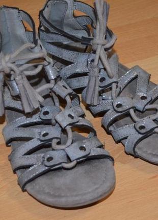 Серебристые босоножки со шнуровкоц