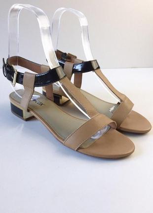 Стильные кожаные босоножки с ремешком и золотистой окантовкой на каблуке