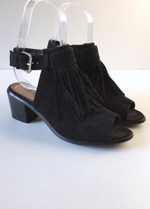 Стильные босоножки под замшу с бахромой на устойчивом каблуке