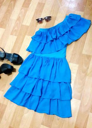 Сукня з воланами на одне плече