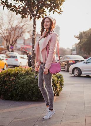 Яркая розовая сумка кроссбоди на длинной ручке