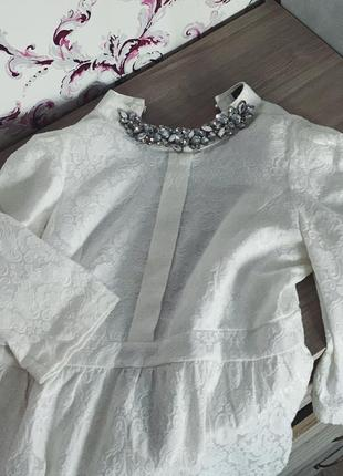 Белое шикарное платье с воротником из камней