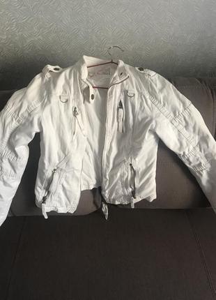 Легкая курточка белая слегка утеплённая