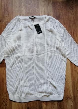 Белый вязаный пуловер свободного кроя