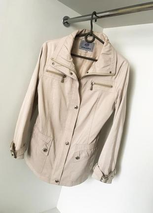 Демисезонная осенняя весенняя бежевая куртка ветровка удлиненная на молнии кнопках карманы
