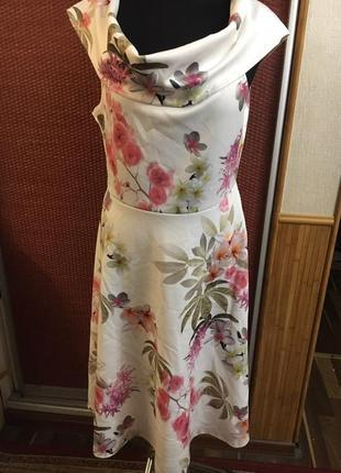 Красивое платье в цветочный принт нежное