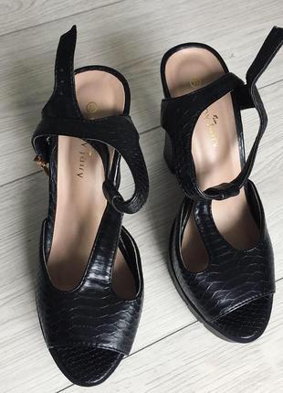 Туфли, туфлі чорні на високом зручному каблуку.