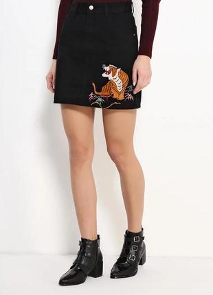 Актуальная джинсовая юбка glamorous  с вышивкой тигра