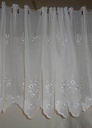 Белая занавеска- лабрекен с вышивкой