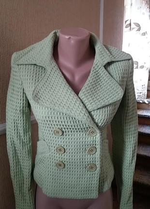 Стильный пиджак салатового цвета
