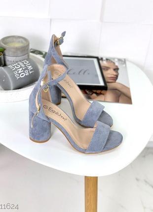 Шикарные синие босоножки на каблуке