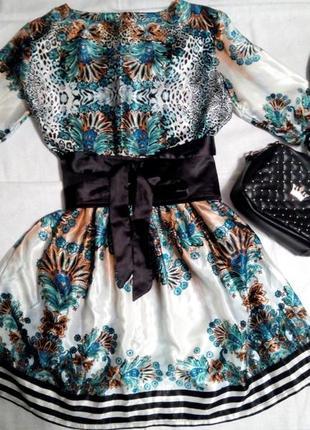 Легеньке яскраве плаття з оригінальним принтом і поясом